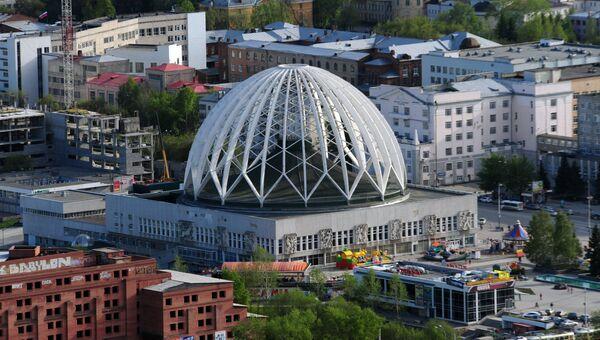Вид на екатеринбургский цирк со смотровой площадки небоскреба Высоцкий