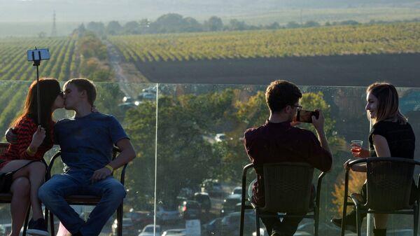 Посетители на фестивале молодого вина Wine Fest в Балаклаве
