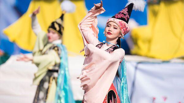 Девушки в народных костюмах на праздновании Навруза в Бишкеке, Киргизия