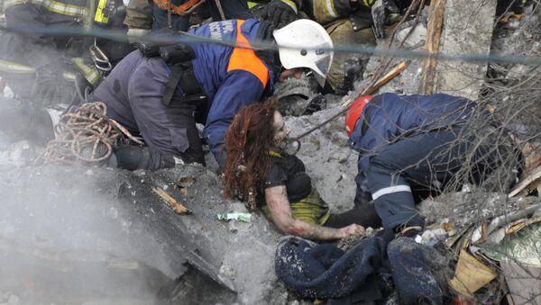Спасатели МЧС РФ достают из-под завалов потерпевшую, пострадавшую в результате взрыва бытового газа в многоквартирном жилом доме на улице Свердлова в Мурманске. 20 марта 2018