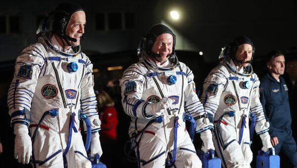 Члены основного экипажа корабля Союз МС-08 экспедиции МКС-55/56 астронавт НАСА Рики Арнольд, космонавт Роскосмоса Олег Артемьев и астронавт НАСА Эндрю Фойстел (слева направо). Архивное фото