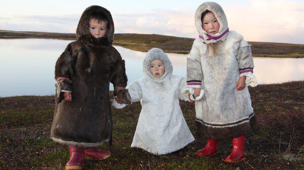Ненецкие дети в традиционной одежде, полуостров Канин, Ненецкий автономный округ