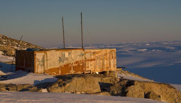 Российская станция Ленинградская на южном побережье Антарктиды