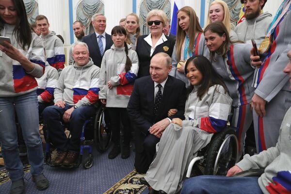Президент РФ Владимир Путин во время встречи с российскими спортсменами – победителями и призёрами XII Паралимпийских зимних игр в Пхёнчхане