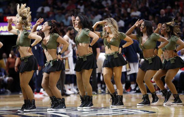 Черлидерши команды Нью-Орлеан Пеликанс во время НБА по баскетболу. 18 марта 2018 года