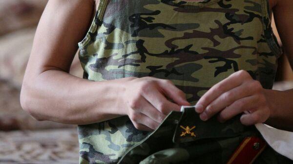 Воспитанник Омского кадетского корпуса подшивает воротник в казарме военного учебного заведения