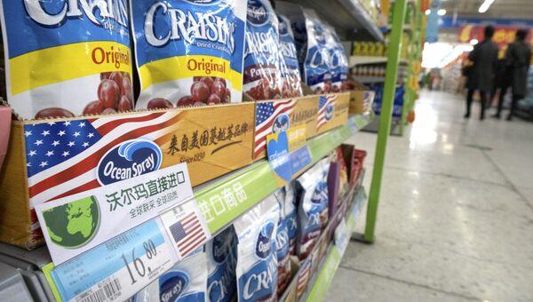 Сухофрукты из США в супермаркете в Пекине. Архивное фото