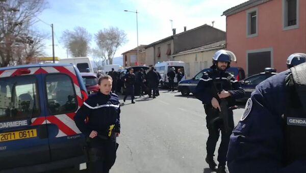 Сотрудники полиции в коммуне Треб на юге Франции, где произошел захват заложников. 23 марта 2018
