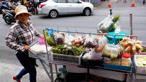 Женщина-продавец овощей на одной из улиц Патонга