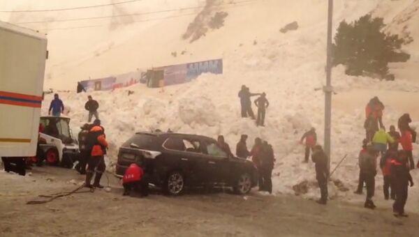 Спасатели откапывали машины на автостоянке в Приэльбрусье, где сошла лавина