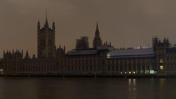 Вестминстерский дворец после отключения подсветки в рамках экологической акции Час Земли в Лондоне. 24 марта 2018