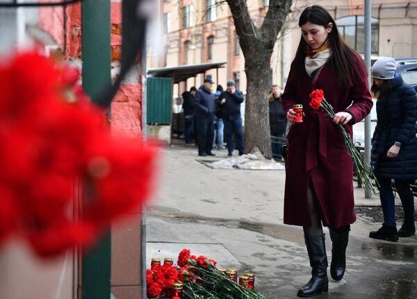 Москвичи несут цветы в память о погибших в ТЦ «Зимняя вишня» к зданию представительства Кемеровской области в Москве