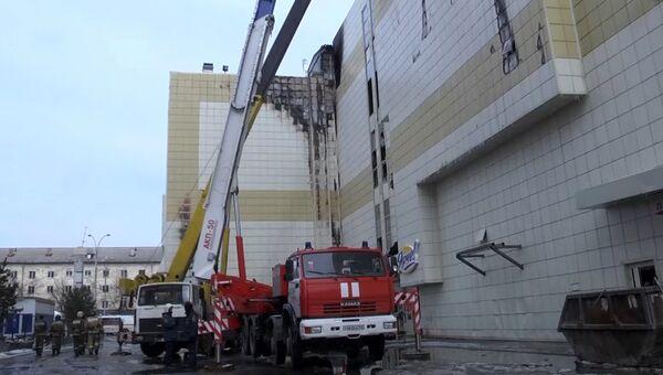 Сотрудники МЧС во время ликвидации последствий пожара в ТЦ Зимняя вишня в Кемерово