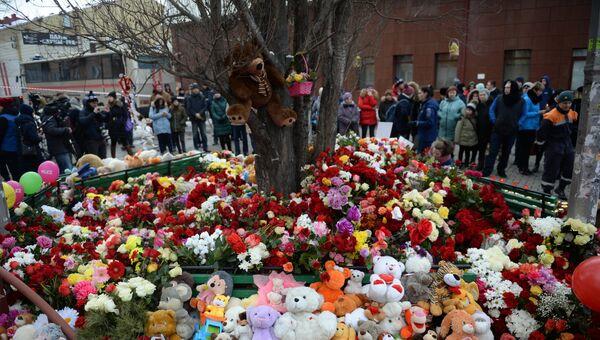 Цветы и мягкие игрушки возле здания торгового центра Зимняя вишня в Кемерово