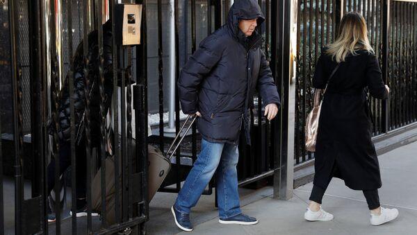 Люди покидают здание Постоянного представительства РФ при ООН в Нью-Йорке