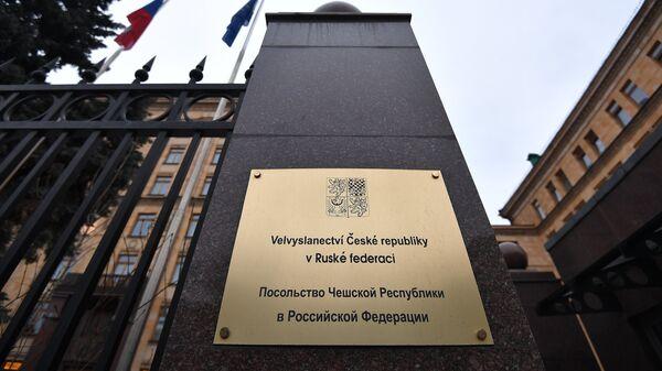 Вывеска у входа в здание посольства Чехии на улице Юлиуса Фучика в Москве