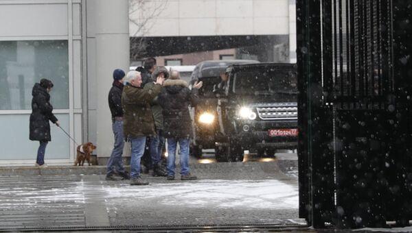 Британские дипломаты покидают посольство Великобритании в Москве. 23 марта 2018
