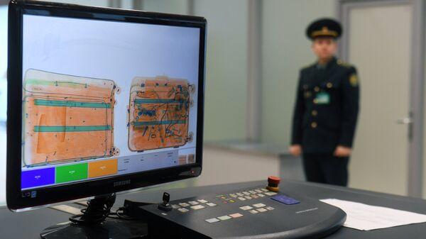 Монитор багажного сканера в зоне таможенного контроля международного аэропорта Казань