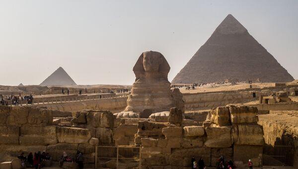 Сфинкс и пирамиды в Эль-Гизе, пригороде Каира. Архивное фото
