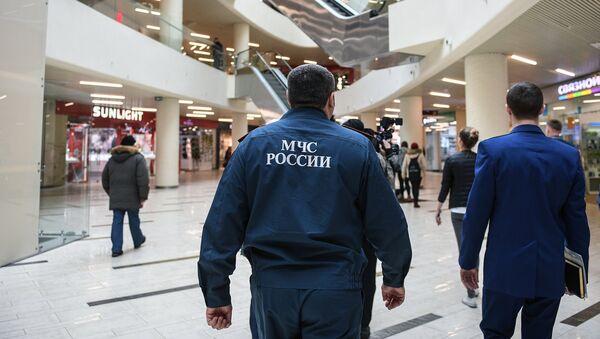 Сотрудники МЧС во время проверки пожарной безопасности в торговом центре. Архивное фото