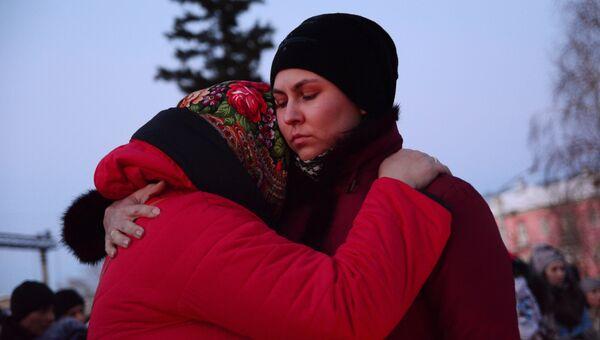 Участницы митинга в Барнауле памяти погибших при пожаре в торговом центре Зимняя вишня в Кемерово