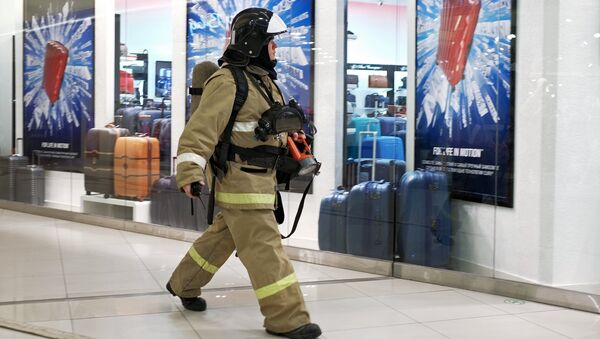 Сотрудник противопожарной службы у эвакуационного выхода во время учений в торговом центре Галерея Краснодар. Архивное фото