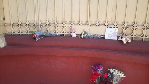Цветы и игрушки у посольства России в Мексике в память о жертвах пожара в Кемерово