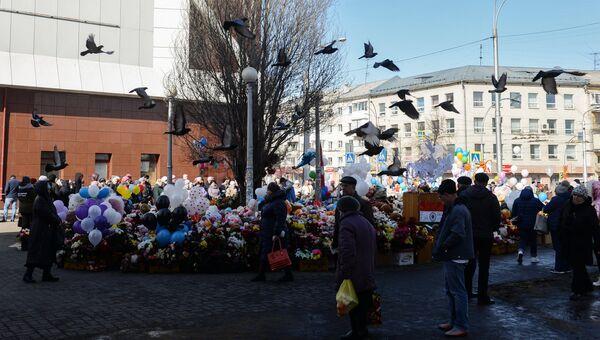 Мемориал из цветов и воздушных шаров в память о жертвах пожара в торгово-развлекательном центре Зимняя вишня в Кемерово. 29 марта 2018