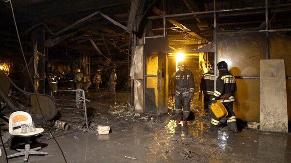 Пожарные в помещении ТЦ Зимняя вишня в Кемерово