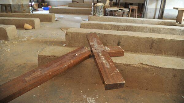 Сломанный христианский крест в католической церкви в Диабали