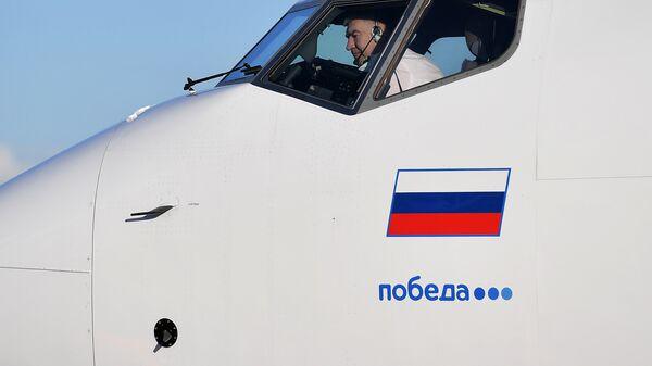 Пилот в кабинее самолета авиакомпании «Победа» в аэропорту Внуково