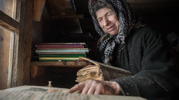 Отшельница из семьи староверов Агафья Лыкова во время молитвы