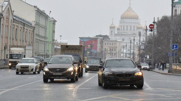 Автомобили на улице Волхонка в Москве. 1 декабря 2018