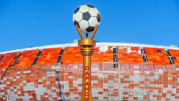 Стелла с мячом возле стадиона Мордовия Арена в Саранске, где пройдут матчи чемпионата мира по футболу 2018