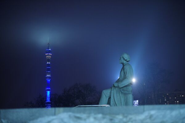 Останкинская телебашня в Москве, подсвеченная синим цветом в рамках международной акции Зажги синим (Light It Up Blue), которая приурочена к Всемирному дню распространения информации об аутизме