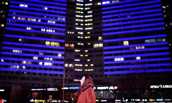 Здание на Новом Арбате в Москве, подсвеченное синим цветом в рамках международной акции Зажги синим (Light It Up Blue), которая приурочена к Всемирному дню распространения информации об аутизме