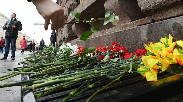 Участник акции Тысяча белых роз, посвящённой годовщине террористического акта в Санкт-Петербургском метрополитене. 3 апреля 2017
