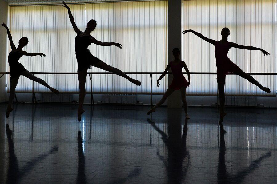 Балерины в балетном классе