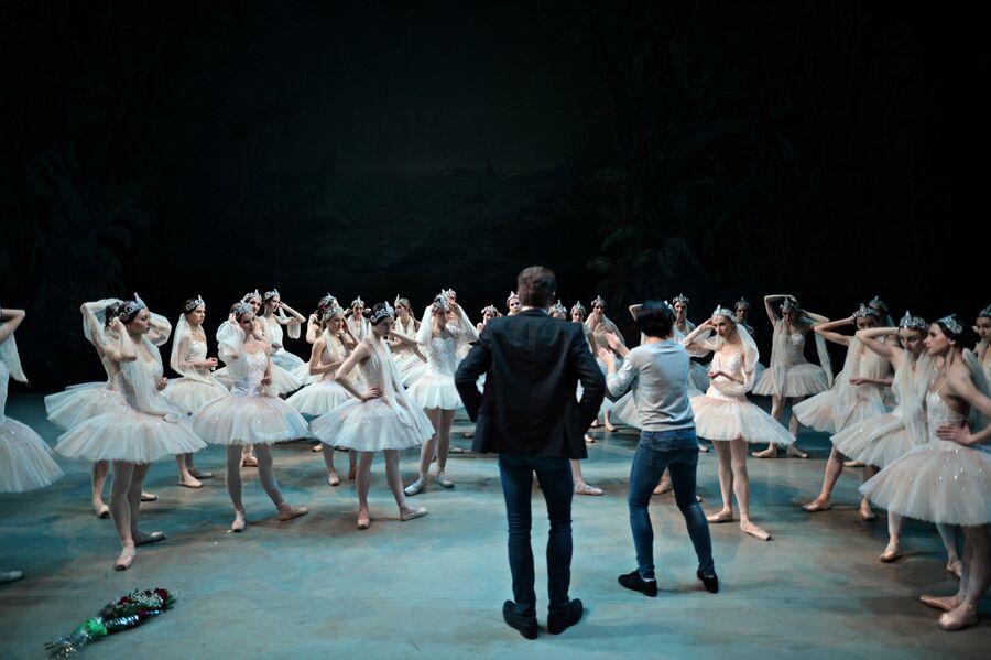 Репетиция балета. В центре – руководитель балета Новосибирского оперного театра – Денис Матвиенко