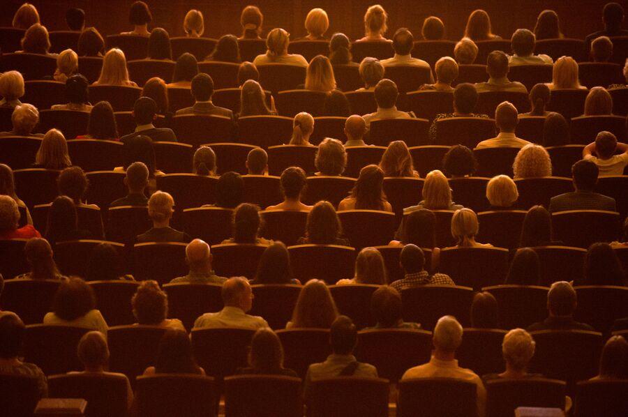 Зрители перед началом спектакля в Новосибирском оперном театре