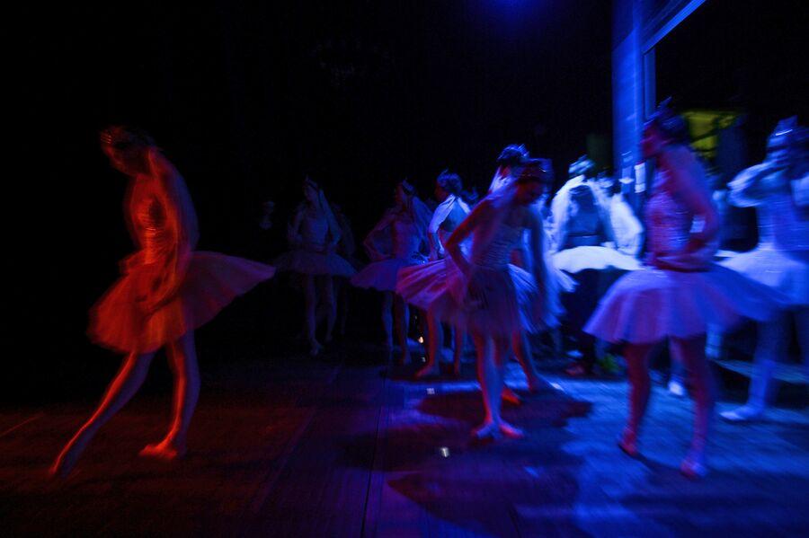 Балерины за кулисами перед выходом на сцену