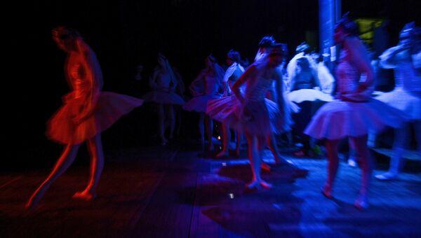 Балерины за кулисами перед выходом на сцену.