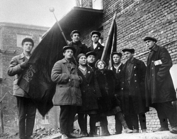 Комсомольцы Магнитогорского комбината со знаменем
