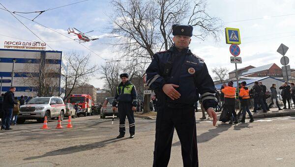 Сотрудники правоохранительных органов у детского торгового центра Персей в Москве, где произошло возгорание. Архивное фото