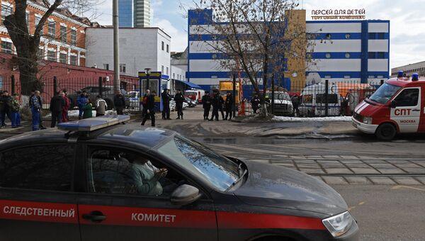 Автомобиль Следственного комитета России у детского торгового центра Персей в Москве, где произошло возгорание. 4 апреля 2018