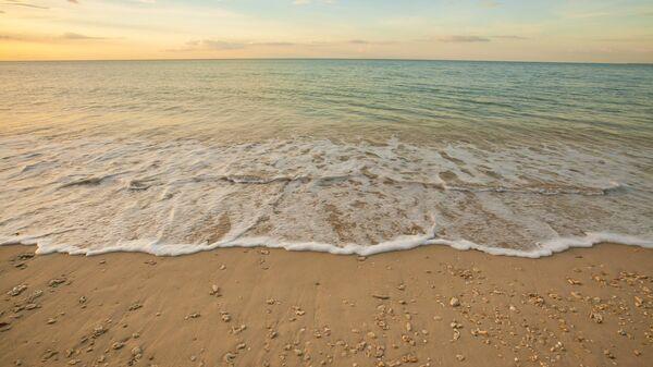 Вид на пляж перед заходом солнца в Таиланде