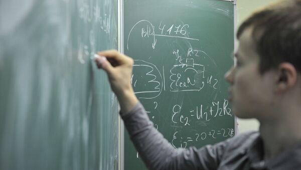 Ученик у доски на уроке физики