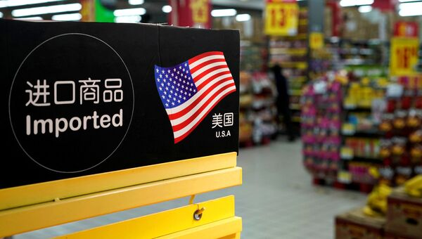 Табличка с обозначением импортированных из США товаров в супермаркете в Шанхае
