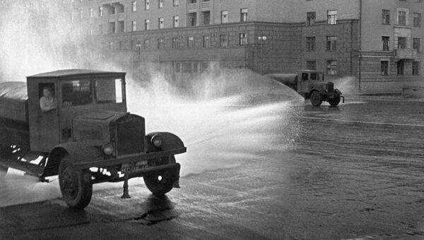 Поливальные машины во время уборки московских улиц, 1938 год