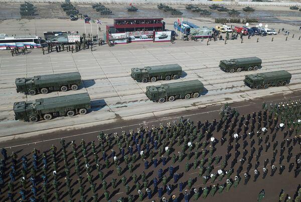 Оперативно-тактические ракетные комплексы Искандер во время репетиции Парада Победы на военном полигоне Алабино